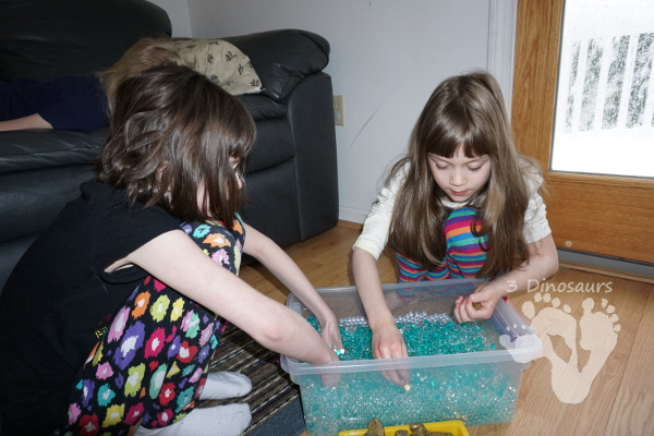 Easy To Make St Patricks Day Water Bead Sensory Bin - loads of search and find the gold fun in this sensory bin! - 3Dinosaurs.com